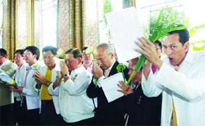 Leading politicians swear before the Lord Buddha to run a clean campaign without vote-buying during a ceremony held by the Election Commission at the Temple of the Emerald […]