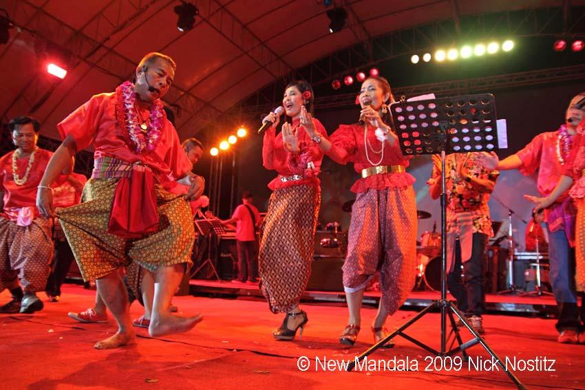 07 Veera Musikapong dances during Ram Dtad