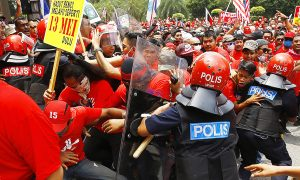 epa04932727 Malaysia's pro-government 'red shirt' protestors clash with the police during a rally in Kuala Lumpur, Malaysia, 16 September 2015. Some 250 Malay NGOs pledged support for the rally, which they said was aimed at countering last month's Bersih protest, where tens of thousands hit the streets of Kuala Lumpur calling for institutional reform and the resignation of Prime Minister Najib Razak.  EPA/AHMAD YUSNI
