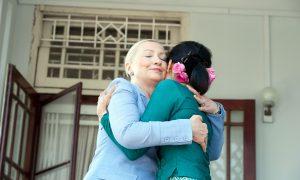 hillary_clinton_embraces_aung_san_suu_kyi