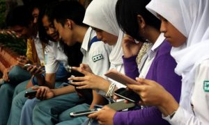 indonesia-teens-texting